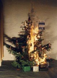 Welche Freude: ein brennender Weihnachtsbaum