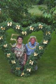 Ilse und Klaus mit Hochzeitskranz