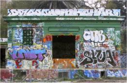 Gebäude mit wechselnden Graffitis