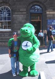 Lukas mit Nessie in Edinburgh