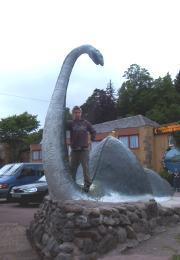 Lukas mit Nessie in Drumnadrochit