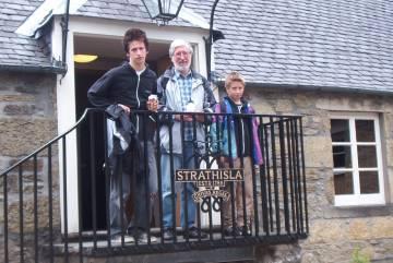 Strathisla - Chivas Regal-Stammhaus (ich mit meinen Söhnen)