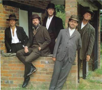 Jethro Tull 1988 mit Martin Barre, I.A., Doane Perry, Maartin Allcock & Dave Pegg (aufgenommen bei Ians Haus in der Nähe von Stokenchurch)