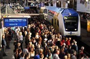 Fahrgäste verlassen den Metronom-Zug