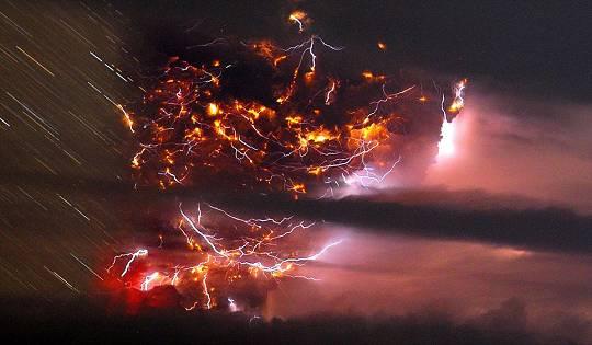 Spektakulär: Ein Zeitraffer-Foto zeigt Blitze rund um den markanten Puyehue-Cordon Caulle-Vulkan