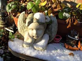 Engel im Schnee bei Sonnenschein