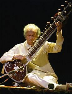 Ravi Shankar spielt die Sitar