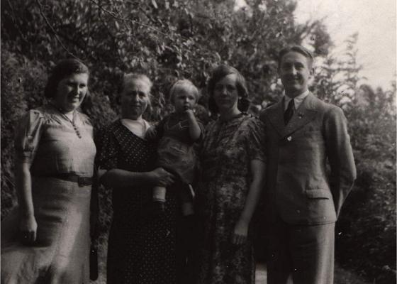 10.09.1944 Bormanshof (heute Wólka Tolkowiecka) im Kreis Braunsberg – meine Mutter, Großmutter mit Schwester, Großtante und mein Vater