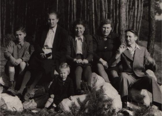 April 1945 Wittstock/Kreis Jerichow – u.a. (von der Mitte nach rechts) meine Tante, meine Mutter und mein Vater – im Vordergrund meine Schwester