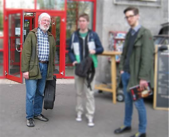 Willi (scharf) mit Yamaha und Söhnen (unscharf)