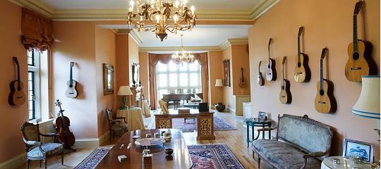 Ian Andersons Herrengut Braydon Hall in Wiltshire: Salon mit Gitarrensammlung