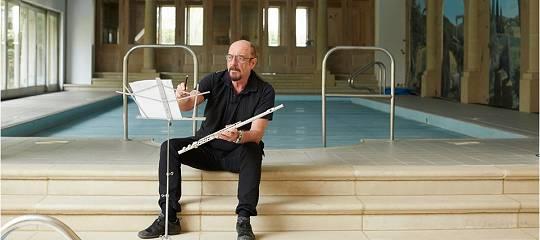 Ian Andersons Herrengut Braydon Hall in Wiltshire: Indoor Swimming Pool aus Übungsraum