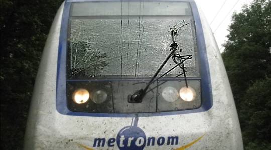 Metronom-Zug mit beschädigter Frontscheibe