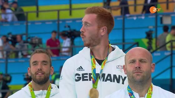 Christoph Harting (Gold im Diskuswerfen) pfeift sich einen