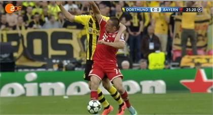 Ribéry (FC Bayern) foult Lewandowski (Dortmund) in der 26. Minute