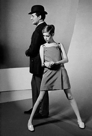 Twiggy und John Steed (Patrick Macnee) 1966 bei einem Mode-Fotoshooting