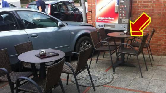Autofahrer rast in Eisdiele in Tostedt