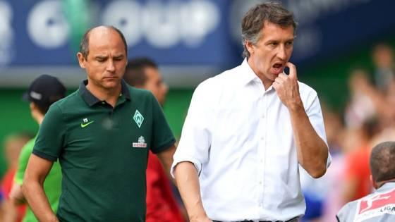 Getrennte Wege: Viktor Skripnik (l.) und Werder-Sportdirektor Frank Baumann nach dem 1:4 in Gladbach