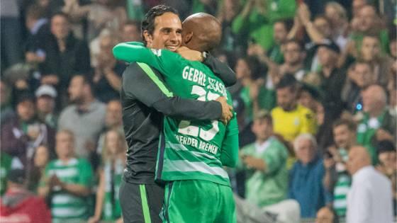 Interimstrainer Alexander Nouri umarmt den Schützen zum Siegtreffer, Theodor Gebre Selassie, beim 2:1 gegen Wolfsburg