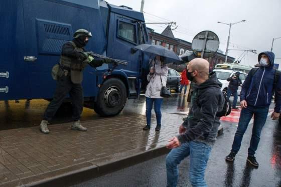 Am 11. Oktober richtete ein Sicherheitsbeamter eine Schrotflinte auf eine radikale Demonstrantin, die mit einem Regenschirm bewaffnet war