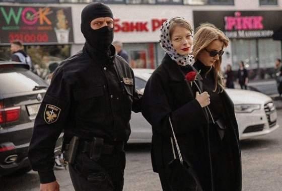 Belarus 2020: Verhaftung mit Blume