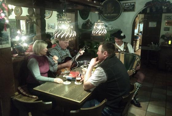 D'Neuneralm-Musi spuit auf - Manager sitzt gleich mit am Tisch