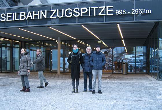 Willi und Söhne vor der Talstation (Eibsee) der neuen Seilbahn Zugspitze © Christa Koslowski-Albin