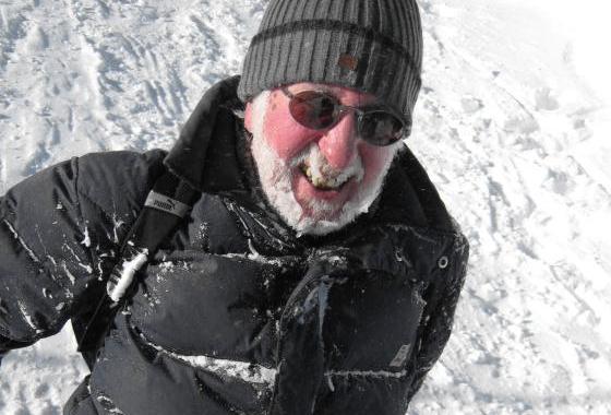 Willi – vom Schnee bedeckt auf Rodeltour (Zugspitzplatt)