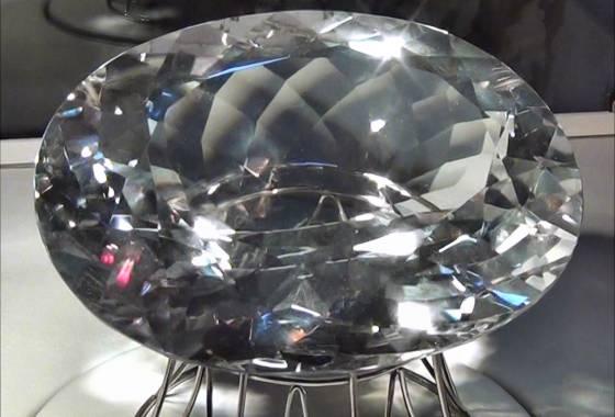 lupenreiner Bergkristall von knapp 1 kg Gewicht