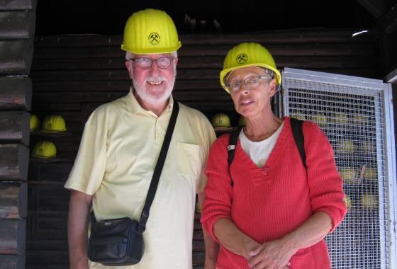 Kupferbergwerk Fischbach: Willi und Frau mit Schutzhelmen
