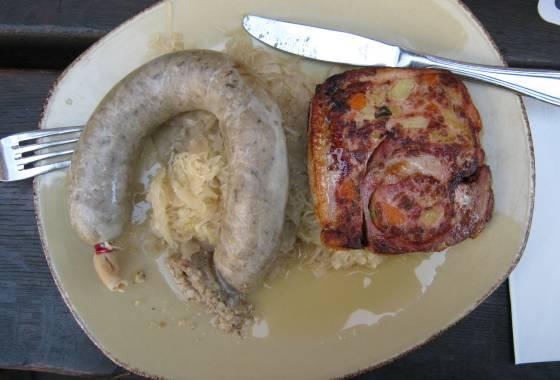 Räuberplatte (Kartoffelwurst und Hunsrücker Saumagen) mit Sauerkraut und Brot