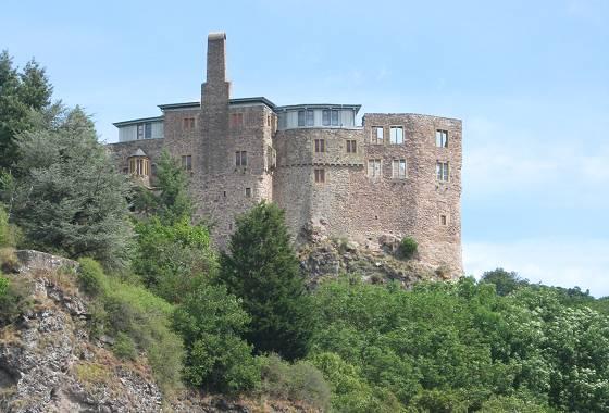 Foto 2: Schloss Oberstein – in der Bildmitte die Ausbuchtungen für die 'Scheißhäuser'