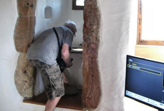 Foto 3: Schloss Oberstein – Willi inspiziert ein 'Scheißhaus'