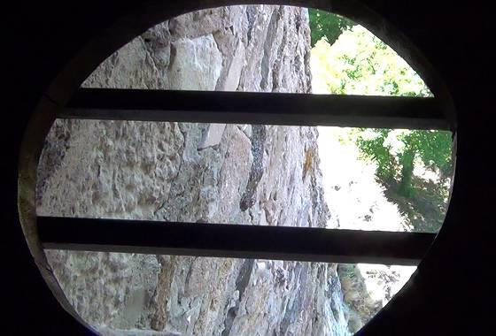 Foto 4: Schloss Oberstein – Willi schaut durch die Öffnung eines 'Scheißhauses'