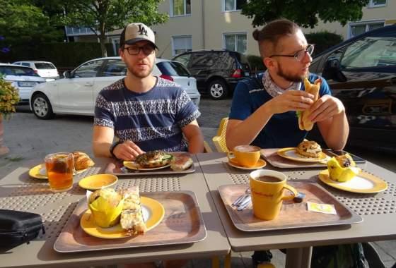 Schmackhaftes Frühstück in Bremerhaven vor der Abfahrt nach Cuxhaven
