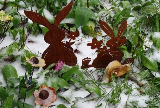 Wintereinbruch Ende März in Tostedt: die Osterhasen frieren