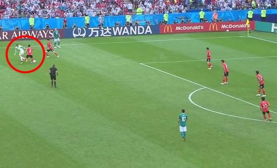 Manuel Neuer als 11. Feldspieler verliert den Ball - 0:2 für Süd-Korea